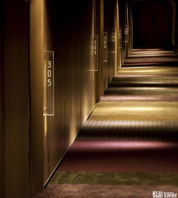 台北Hotel Quote Taipei:这间精品酒店外形酷似魔方,内部运用幽暗的灯光映衬大篇幅的原木和各类织物面料...