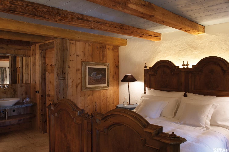 山居厚重的墻壁內的空間完全出自夫婦倆的構想:既有依托古老技法打造的木門和櫥柜,也有時裝面料包裹的沙...