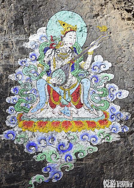 从西宁驱车至同仁县会经过隆务大峡谷,你会在峡谷的石壁上看到这些壁画。