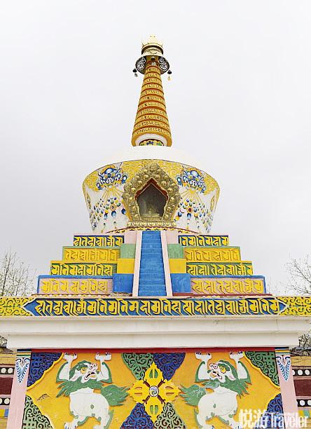 吾屯上寺位于距离同仁县七公里的山林里,寺院里的不少僧人都会绘制唐卡,寺院也以保存完好精美的唐卡艺术...