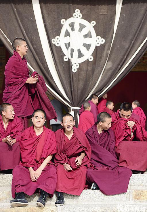 隆务寺里的僧人每天七点半开始上早课。