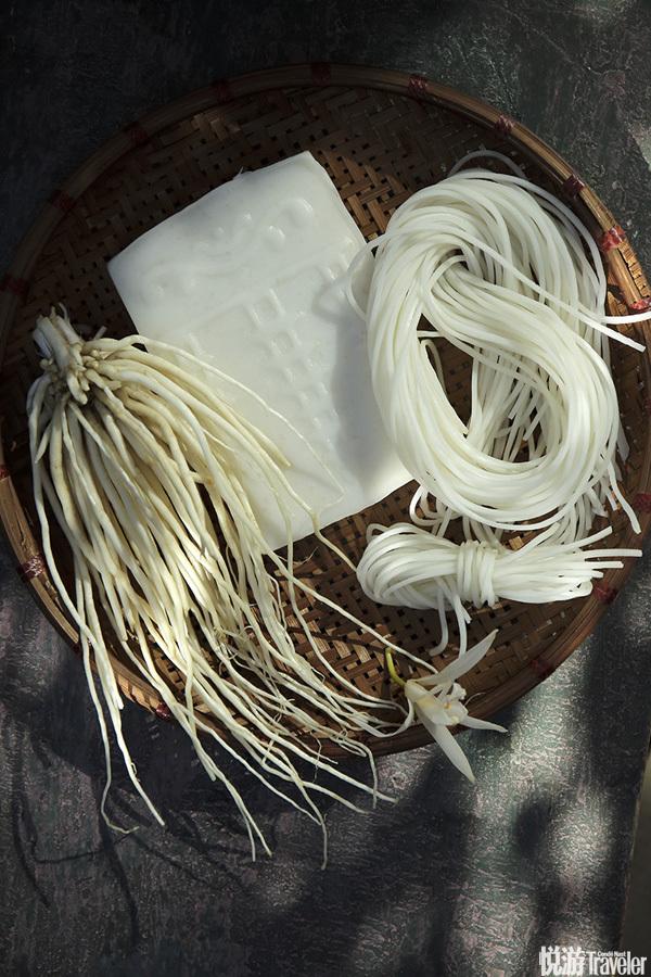 和乳扇有同等地位的还有饵丝和饵块。它们都是米制品,将大米淘洗浸泡后蒸至六七成熟,再舂捣(现在多用机...