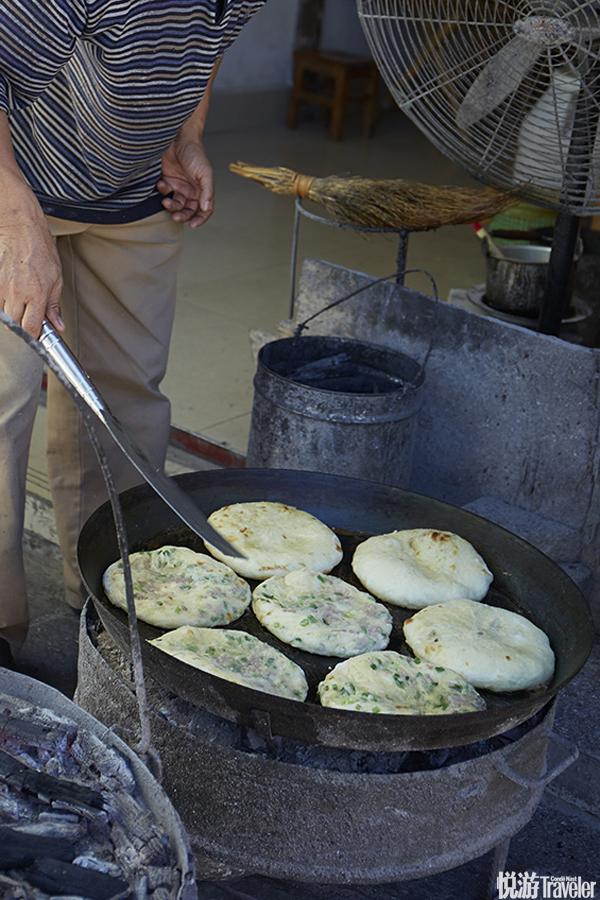 烤粑粑的吊炉和常见的不同,它个头不大,上下均有炭火,这样就可以让饼均匀受热,不用来回翻饼,而且上方...