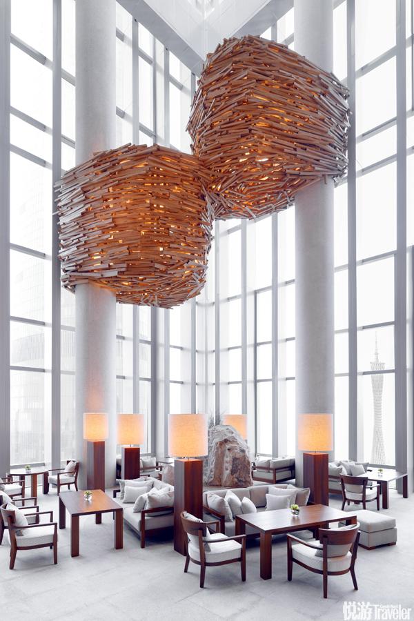 """由于酒店外形在藝術家川俁正眼中酷似直入云霄的巨龍,所以室內所有木質藝術都圍繞""""云""""和""""龍""""展開。川..."""