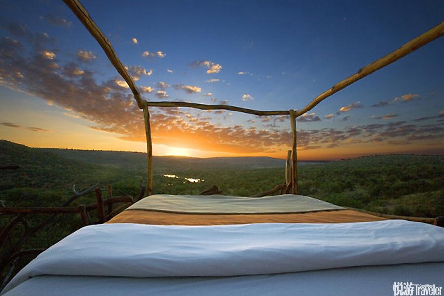 """肯尼亞Loisaba星空睡床:Loisaba的""""星空睡床""""是一系列架在草原之上的懸空平臺式客舍中的鎮店配置??蜕?.."""