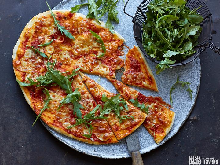 意大利南部风味芝兰菜斯卡莫扎奶酪披萨