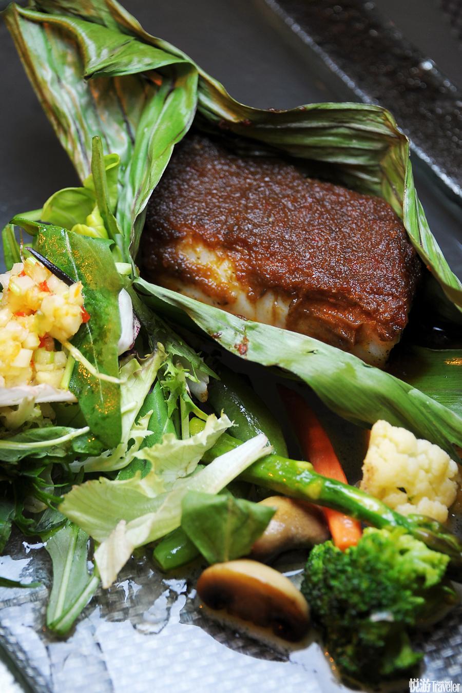 """大多數""""村""""中居民會選擇到漁人灣餐廳享用海鮮晚餐。即便是在夜里,從屋頂鳥瞰南中國海的景色也足夠讓人..."""