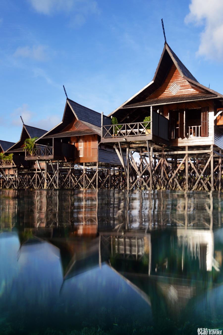 如今,這里已經擁有了50座可享受島景的水上屋。透過木板路的空隙,你可以看到在珊瑚叢中進進出出的彩色珊...