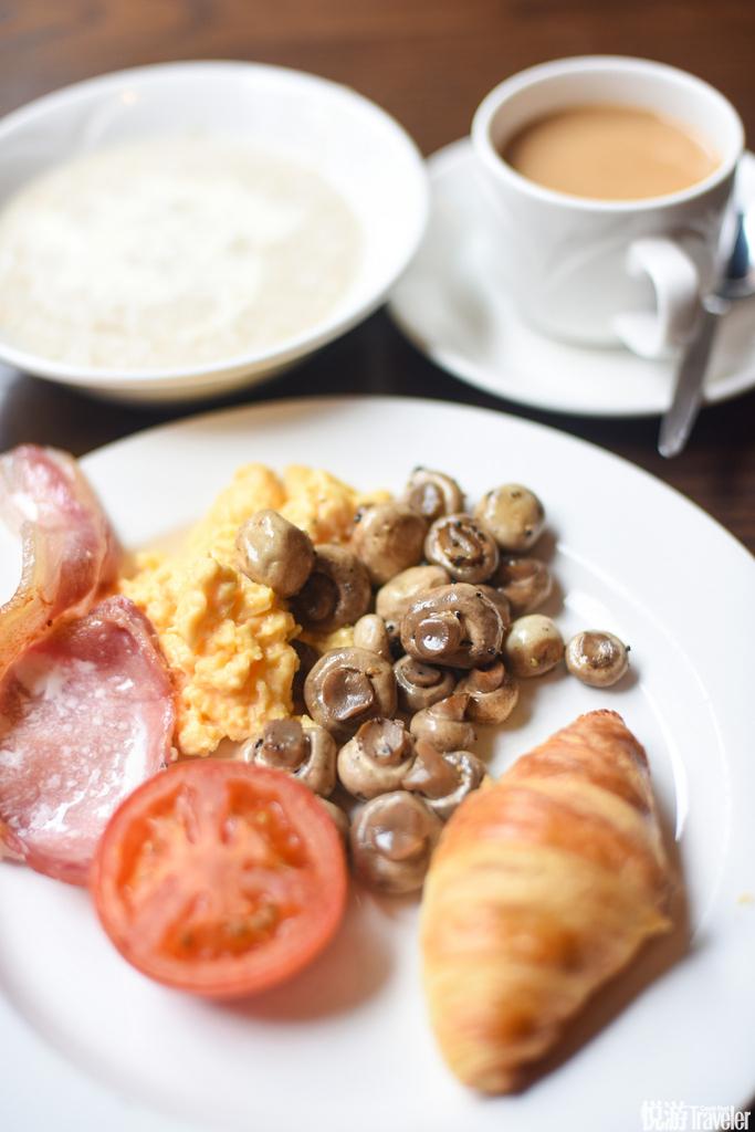 英式早餐,蘑菇,鸡蛋,培根,熏肉,牛角面包,燕麦牛奶,咖啡