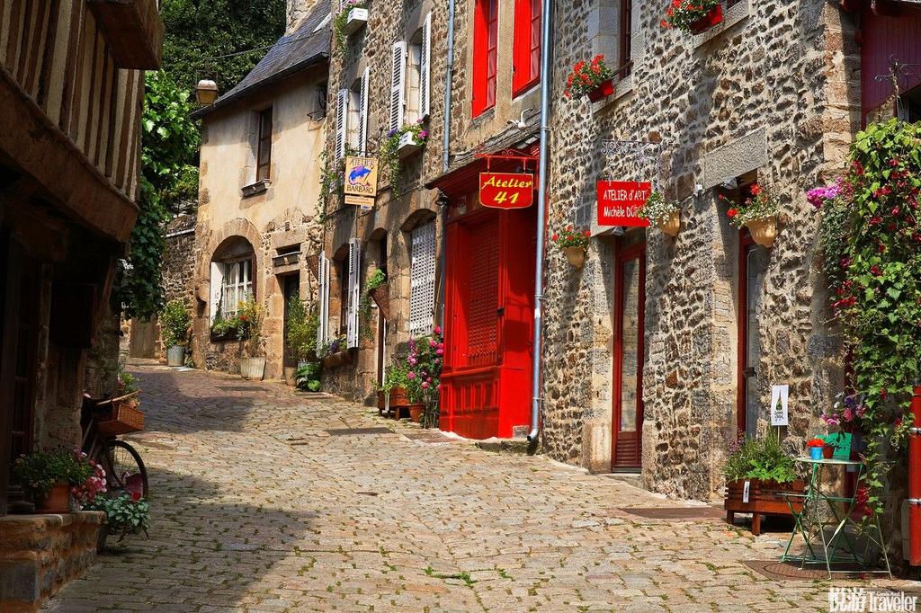法国迪南座落于朗塞河旁的迪南是座美丽的小镇,手上拿着热腾腾的可丽饼一边欣赏当地的城墙、半露木式房屋...