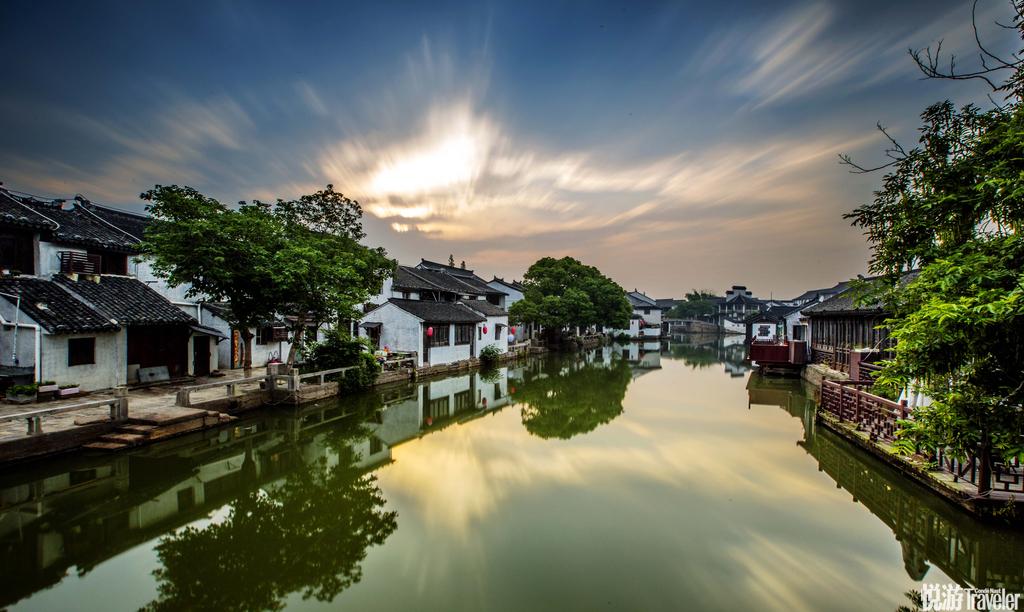 中国同里镇同里镇是江苏省有名的水上小镇,当地有着能追朔回明清时期的建筑与庙宇,且至今依旧保存完善...