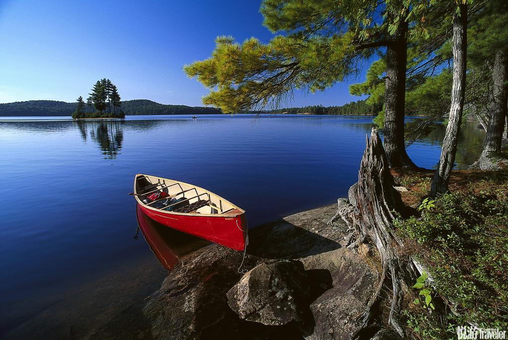加拿大,阿尔冈金省立公园阿尔冈金省立公园内坐落着许多湖泊,森林中小道错综复杂,因此颇受徒步旅行者划...
