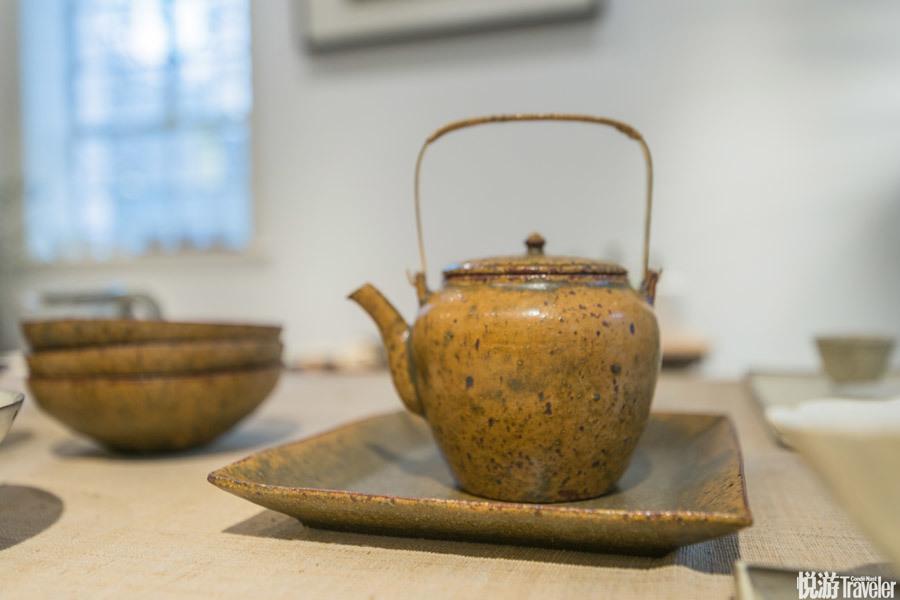 茶壶,三善修。 日本的器物讲究的是温润、和寂的安静之美,这款茶壶有着很接近自然的颜色,不管是茶壶还...