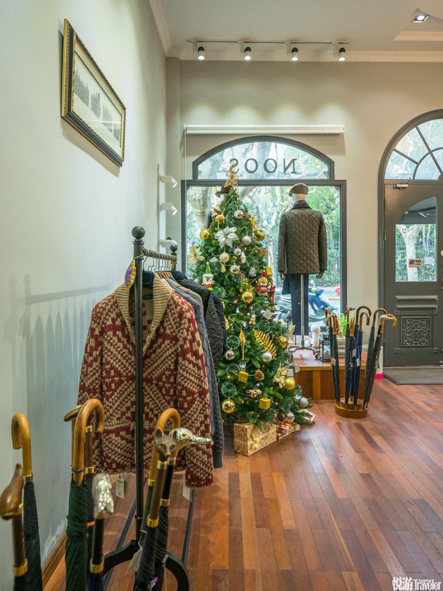 Noos。店主不仅从意大利、英国、美国、日本带回了适合国人的衣帽鞋袜,也带回了欧洲传统老店的设计。在这...