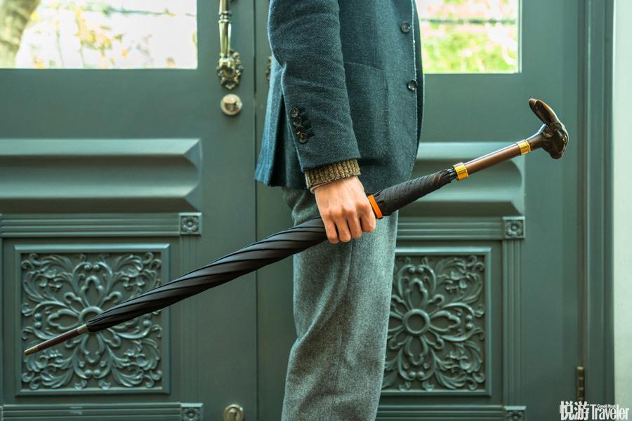 钢骨伞,Fox。 大名鼎鼎的Fox伞创建于英国伦敦,是最好的钢骨伞之一。木质的兔头握感相当棒,伞柄也是木...
