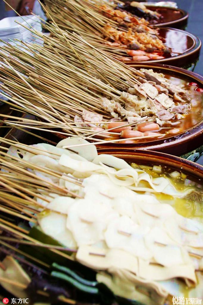 串串。看着美味,闻着香,吃着辣很符合四川人对美食的标准,在锦里小吃街里到处都有。