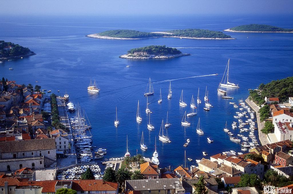 赫瓦尔岛:赫瓦尔岛正日益成为世界各地时尚人群的旅游胜地,作为克罗地亚众多岛屿中最为阳光明媚、苍翠葱...