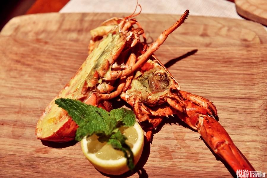 18:00 海鲜盛宴。Tips:你吃过龙虾味的冰激凌吗?这顿主题自助餐就提供龙虾冻汤凝固而成的冰激凌口味,还...