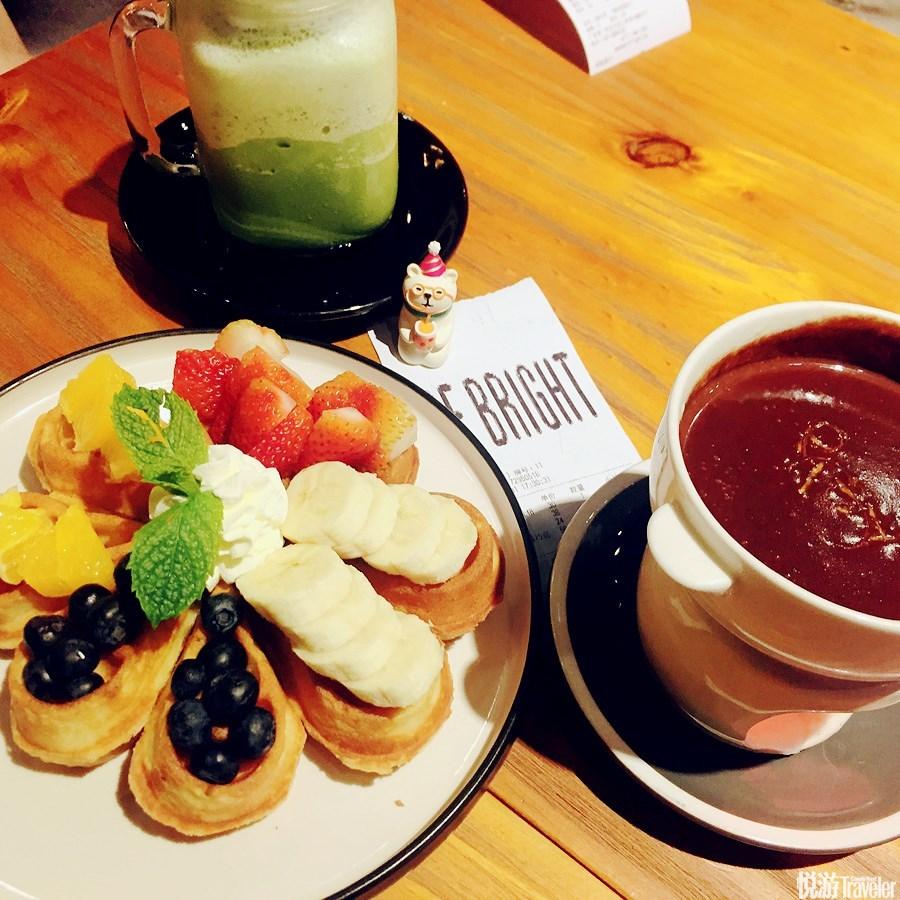 18:00 海鲜盛宴。Tips:人均¥50,必点草莓忌廉华夫、提拉米苏。