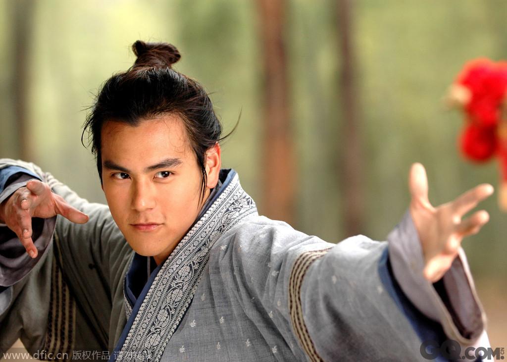 《少年杨家将》的彭于晏饰演杨家七郎——杨延嗣,为了精忠报国热血沸腾置儿女私情于不顾,却又偏偏英俊潇洒不自知。