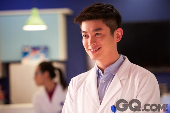 """霍思燕老公杜江在《青年医生》里也有精彩演出,不得不承认穿着医生制服的杜江显得格外""""鲜嫩"""",一点看不出是已经当爸爸的人了。"""