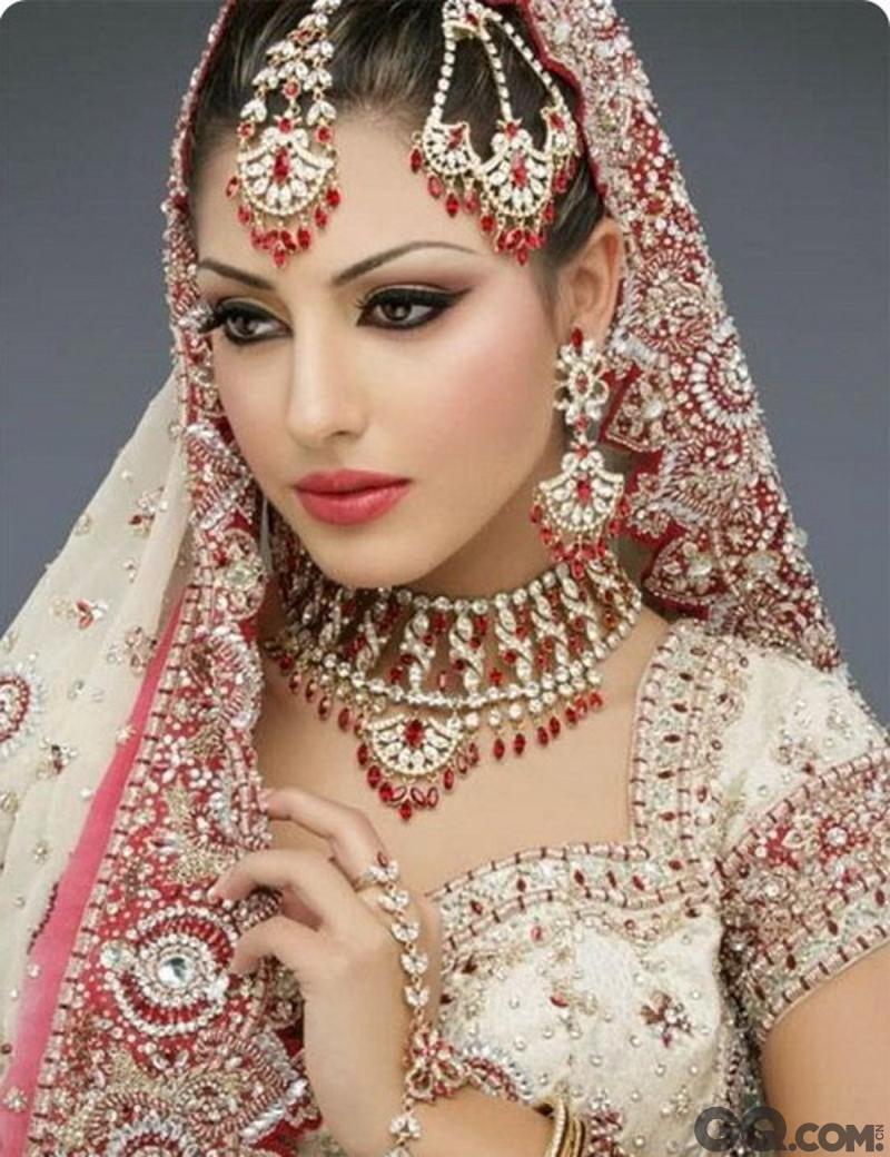 但其实在印度,大部分女性的社会地位很低,那些精美的首饰大多也都是束缚和制约女人的工具。而且女孩子结婚,女方家里的陪嫁数量也大得惊人,这一切都导致印度重男轻女严重的社会现象。不过,随着近些年的各大选美比赛的举办,印度女孩开始在国际舞台上展露她们美丽的姿态,截止至2007年,印度就已经摘得5次世界小姐的冠军,与委内瑞拉并列成为拿到冠军最多的国家。但众所周知,委内瑞拉的世界小姐从很小的时候就开始接受专业培训,而印度的美女们更多的是浑然天成的气质。印度女孩不仅貌美而且天生的能歌善舞,声音清新高亢音域宽阔,舞姿生动撩人,但却比巴西狂热的桑巴多了更多的柔美和韵味。印度女人就像她们国家悠久的历史文化一样,潜移默化的感染着每一个人的内心。