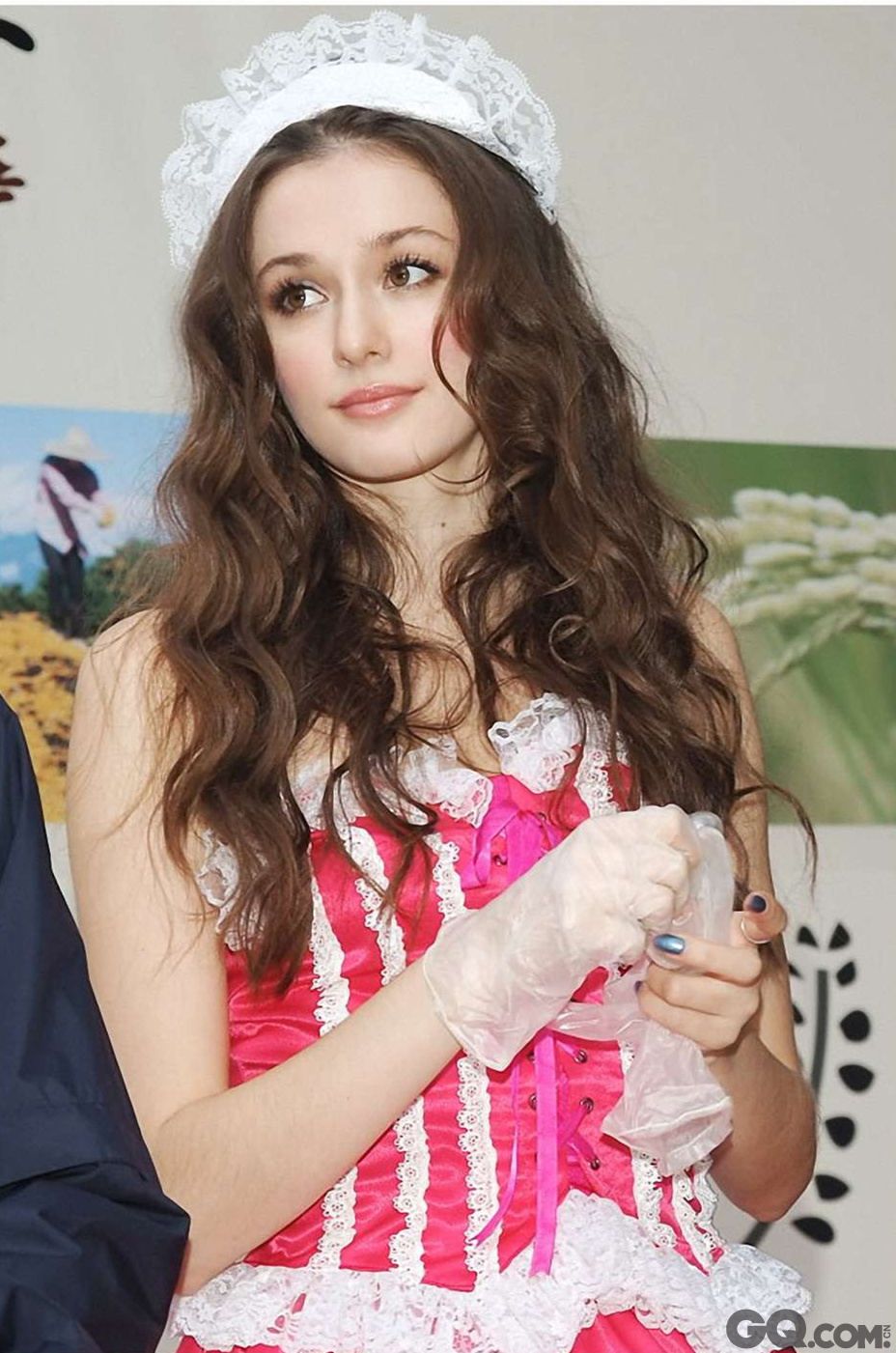 """相对于俄罗斯着名的美女们,乌克兰的姑娘们显得更加娇美和精致,身材要更加纤细,皮肤也更粉嫩。近几年中国很多平面广告都采用了乌克兰国籍的模特,她们基本上14岁就开始成熟,造型多变,活泼又精力旺盛,让模特经纪和广告公司们喜爱有加。走在乌克兰的大街上,这些充满了青春活力的姑娘们简直是让人目不暇接,除了身材绝佳,她们还拥有着天生的好品位,时尚在她们的身上被展现无疑。虽然很多姑娘们在结婚以后身材发福的厉害,但仍不妨碍乌克兰成为美女的诞生地。怪不得要打出""""姑娘不出售""""的标语来警告那些冲动的男人们。"""