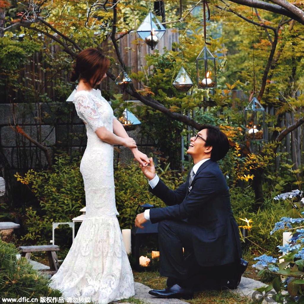 """42岁的韩流天王裴勇俊(裴帅),近日在首尔的华克山庄迎娶了比他小13岁的女星朴秀珍。虽然自2007年《太王四神记》后,""""师奶杀手""""裴勇俊就再也没有主演过任何影视作品,2011年仅仅在韩剧《Dream High》中客串了一个镜头,但这丝毫不影响他在粉丝心目中的地位。婚宴开始前,已经有大批粉丝聚集在华克山庄外面,甚至有头发花白的老奶奶""""死忠粉""""坐 着轮椅守候在现场,想向""""裴帅""""送上祝福。"""