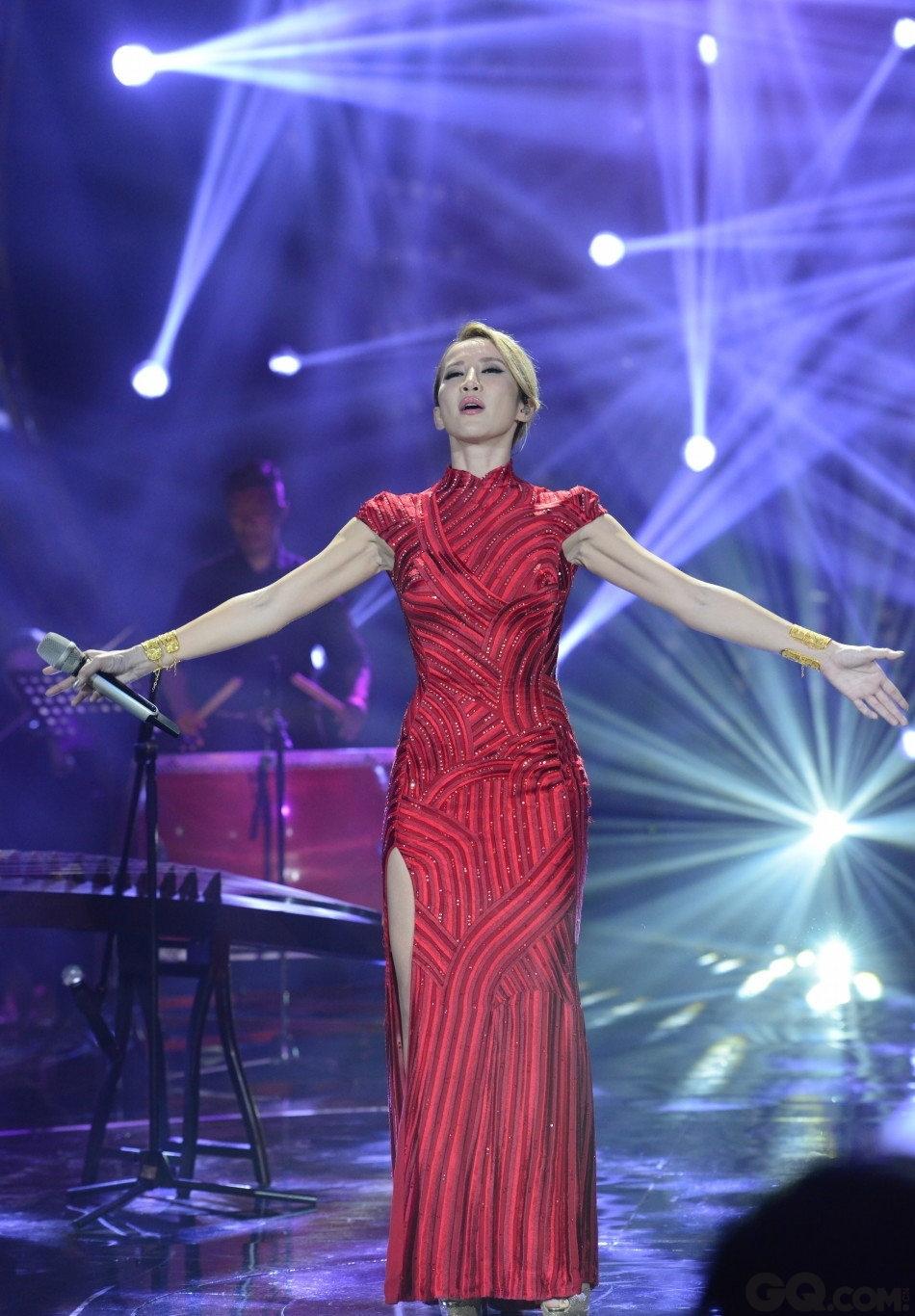 """对于这场比赛绝对的重视,一度被指身材发福的李玟通过三个月的比赛瘦身,回归黄金时期的21寸腰围,再次穿上2001年亮相奥斯卡时的红色旗袍登台,而其母亲在VCR中的献声让全场观众飙泪。对于这首压箱底的代表作,李玟搭配打鼓、笛子、古筝等诸多中国传统乐器再加入不少新鲜元素,其中两段海豚音增加不少难度。几乎零缺点的表现,让其再次无悬念赢过一同竞争的张信哲与黄致列,将""""歌王""""宝座纳入囊中。同时,李玟也成为""""歌手""""四季节目以来第一位非内地歌手夺得""""歌王""""。"""