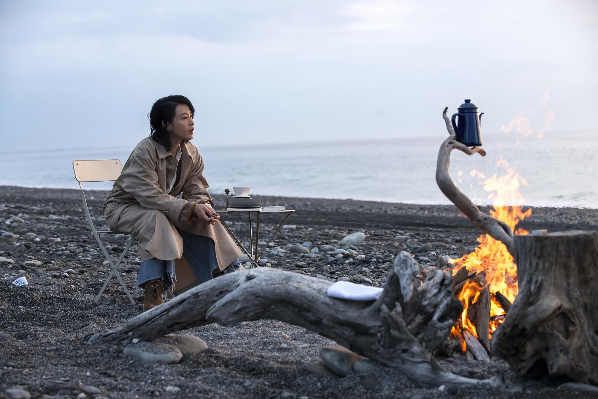 """近日,刘若英在个唱之余又投入到了新剧本的创作中,她说:""""我以前有写过电影《20 30 40》和电影《生日快乐》的故事,但这次是真正第一次这么的靠我自己,累积了一些经验,觉得是时候跟更多人一起做点什么了。"""""""