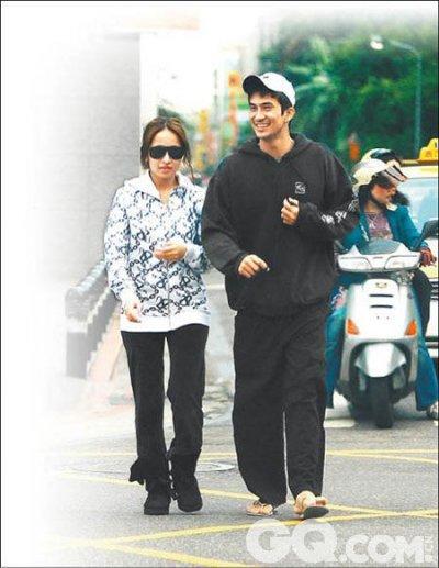 萧亚轩和混血巴西男模李安卓因为拍摄MV《表白》结识,2008年5月两人被拍到疑似拥抱和亲吻,还传出在吴建豪的生日派对上亲昵互动。据悉,萧亚轩一度搬出与母亲同住的家而与男友同居。有传这段恋情也是在男方的劈腿下宣告结束。