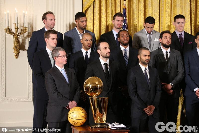 2015年1月12日,美国华盛顿白宫,13/14NBA总冠军马刺造访白宫,接受奥巴马接见并赠送球衣。