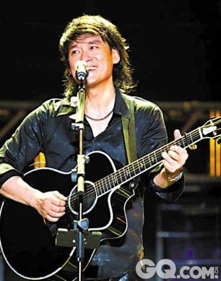 """一向给人以台湾歌手的印象的周华健,其实是香港人。1978年,中学毕业的他在香港参加升学考试落败。1979年,远赴台湾求学,1981年,考上台湾大学数学系,该校多次在台湾排名第一。后来加入滚石唱片的他为了专心做音乐,在大四下半学期退学。他跟刘欢做《中国好歌曲》导师时,聊起来4个导师能有多少种组合,他马上想到数学里的排列组合,立刻接上""""4乘以3乘以2""""。大家一愣,问""""什么东西?""""图为年轻时的周华健。"""