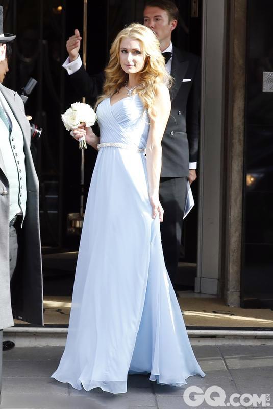首席伴娘、新娘长姐帕丽斯·希尔顿在浅蓝紫色长裙外匠心独运地配了一条银光闪闪的腰带,和脖子上的银项链以及手上的巨型戒指相映成趣,手上的捧花较妹妹的更小巧别致,有媒体甚至称她的造型和当天主角新娘相比也毫不逊色。