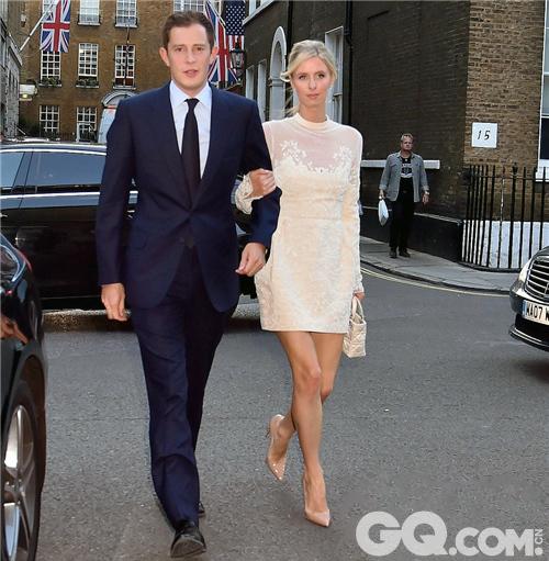 """尼基·希尔顿和詹姆斯·罗斯柴尔德于2011年在罗马参加婚礼时一见钟情并开始约会,2014年8月二人在意大利科莫湖畔订婚。新娘的姐姐帕丽斯·希尔顿说:""""他们是一对完美的夫妻,一定会白头偕老。"""""""