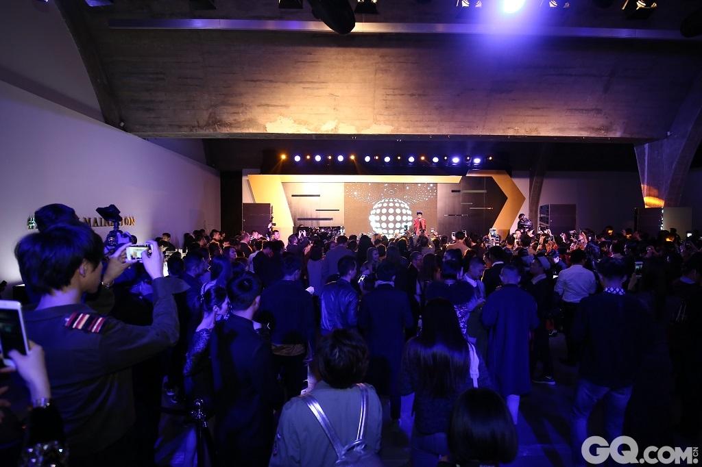 """活动当晚,群星闪耀的红毯无疑是万众瞩目的焦点。鹿晗、宋佳、刘畅、李艾、韩火火、KiKi康倩雯、李丹妮、郝允祥等一众型格人士相继穿着BALMAIN X H&M设计师合作系列亮相,一时间活动红毯化身秀场,整个派对现场气氛热烈,惊艳耀目。  活动由Kendall Jenner主演的BALMAIN X H&M设计师合作系列独家音乐广告片开场。这部MV让观众重新领略上世纪八九十年代的精良制作,由Ferdinand与Vaz特别创作了MV歌曲""""为我而行(Walk For Me)"""",BALMAIN设计总监Olivier Rousteing亲自入镜,Kendall Jenner更是献出荧幕首舞。  随后,亚洲超人气偶像鹿晗登场引爆时尚热力,为大家带来热门单曲《致爱》,更献上最新单曲《诺言》的首次现场演出,瞬间将气氛点燃。而后,来自芬兰的原创人气女歌手Ronya Gullichsen为在场来宾带来《Great Escape》等热门单曲,再次High 翻全场。热爱时尚的人们将这一火热氛围延续到深夜,共同见证了HMBALMAINATION的非凡气势。  针对全新BALMAIN X H&M设计师合作系列特别设置的预售环节无疑是派对的另一项重头戏。为了迎合时尚潮人们对新系列的高度期待,H&M在现场打造了极具摩登感的Pop-up store预售区域,让当晚的嘉宾可以第一时间抢购到自己心仪的热门单品。  该设计师合作系列将于2015年11月5日登陆中国,在H&M指定门店及网上商店发售。"""