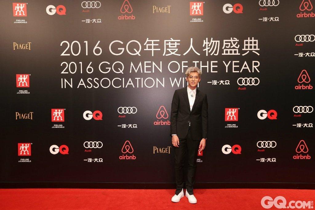 吴亦凡身穿Burberry西服套装出席盛典。