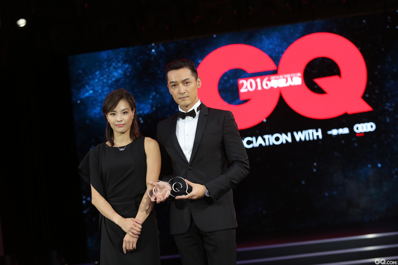 """吳敏霞為胡歌頒發""""年度最具影響力演員""""獎項。"""