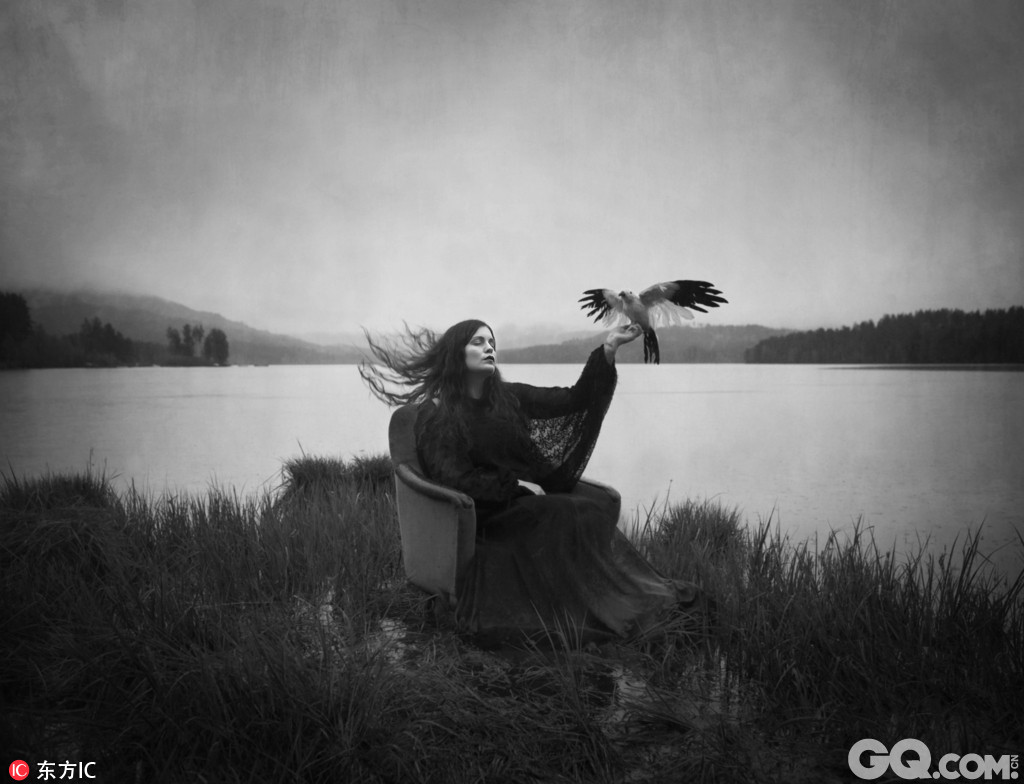 """挪威艺术摄影师Maren Klemp的一系列有关""""躁郁症""""的纪实作品,这些触动人心的黑白肖像作品表达出了摄影师眼中的人类内心的""""黑暗面""""。居住在奥斯陆的Maren Klemp本人于2013年被确诊为""""躁郁症"""",她的这些作品总能唤起那些有与精神疾病患者共同澳门大三巴赌场经历的读者的共鸣。"""