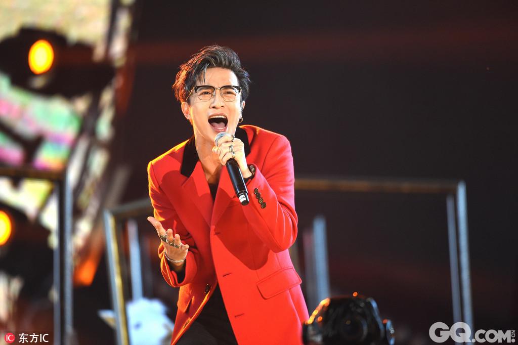薛之谦出席中国新歌声巅峰之夜