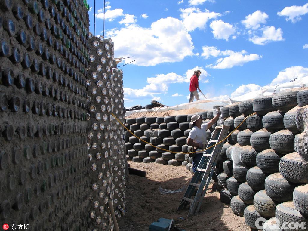 """在美国新墨西哥州陶斯西北部,有一座著名的""""大地之舟""""。发明大地之舟的迈克尔-雷诺兹利用可回收再生资源建造房屋,房子的外墙由玻璃瓶和易拉罐建成,室内温室里的花草树木四季常青。在室外温度低至零下40摄氏度或高至零上40摄氏度时,室内能够保持在恒温21摄氏度。房子里产生的废物生物降解之后,会成为养分,用来浇灌植物、肥沃土壤。据了解,""""大地之舟""""已经在全世界盖了60几座,建成后将有130几座,包括商店等服务设施,而陶斯的这个大地之舟社区在世界上的这类社区里是最大的。"""