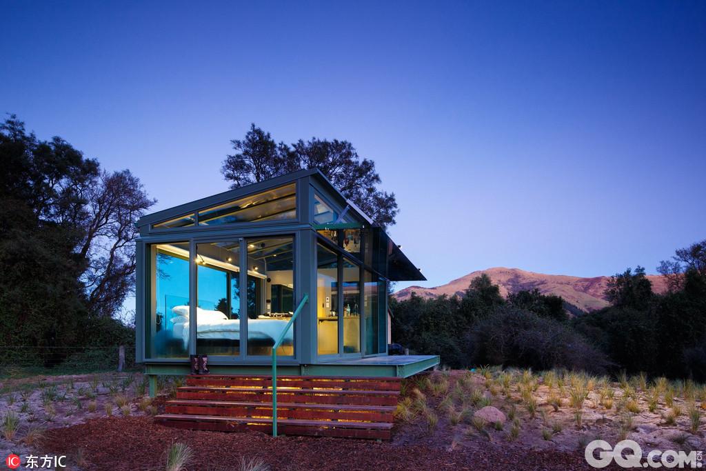 想要逃离纷乱的都市过一个清静的假期?别找了,PurePods就是你的最佳选择!这些位于新西兰乡间的漂亮小屋可不是普通的乡间小屋,它们全部是用玻璃建成的。这个大胆的设计能让你尽情拥抱大自然,广阔的天空和周围茂盛的植被。