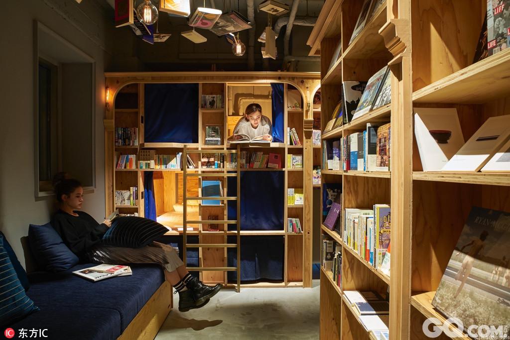 日本京都,继去年以书店为主题的东京书香入梦旅馆开张之后,世界各地的书虫纷纷前往体验,如今,这家旅馆在京都也有分店了。书香入梦旅馆有多达5000本书供客人阅读,里面设有20个床位,18个标准床位住宿一晚只要50美元(约344元人民币),床下有放行李的空间,电源插座、衣架、窗帘等一应俱全,当然还有必不可少的读书灯。