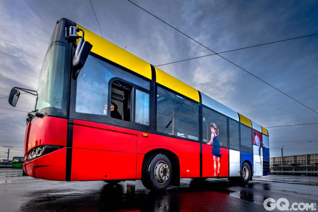被画满涂鸦的巴士