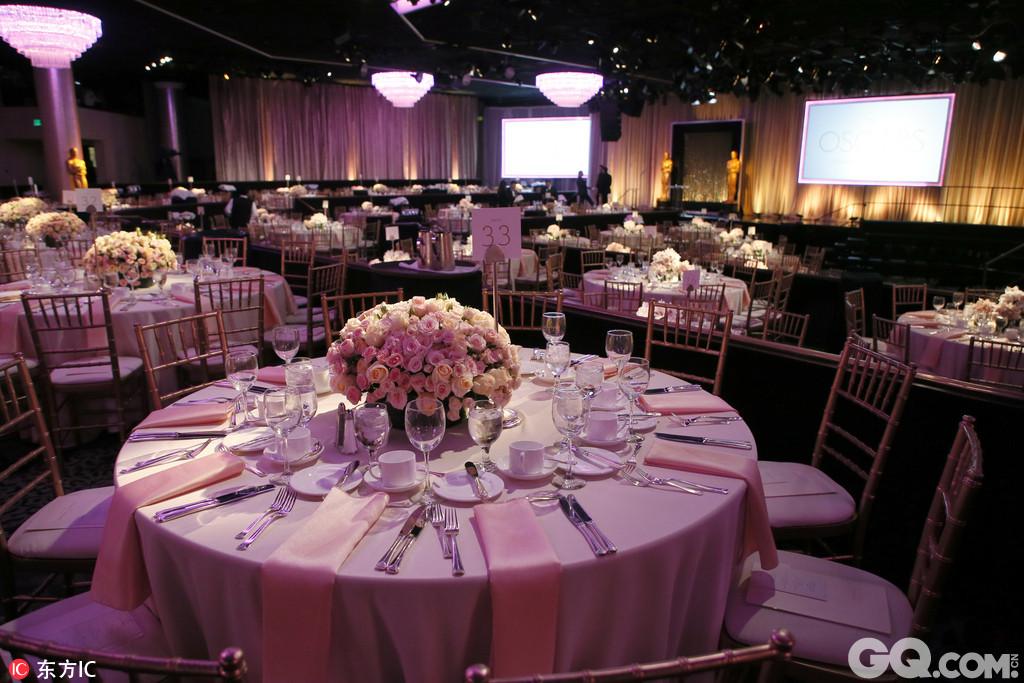 超过165位提名者在比佛利山庄的希尔顿酒店摆好造型,依照惯例拍摄了大合影。