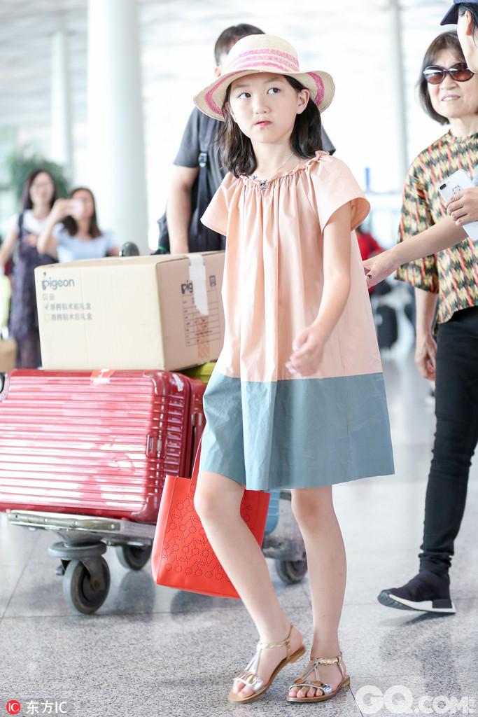 2017年6月30日,北京,李亚鹏带女儿现身机场。女儿李嫣已经长成了一个亭亭玉立的大姑娘,面对镜头略显羞涩,考完试放假和爸爸出国游十分幸福。