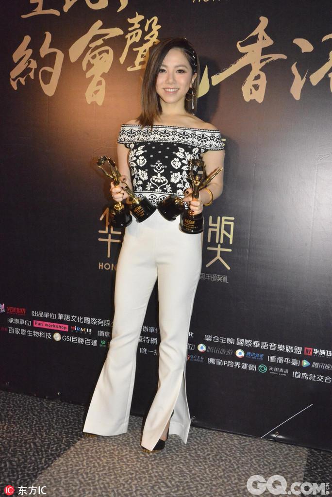 G.E.M.(邓紫棋)在2017华语金曲奖颁奖礼上与陈奕迅同告夺得4个奖项成香港男女歌手大赢家。