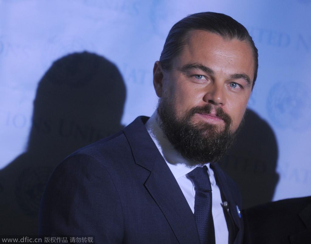 """任何人都无法轻易忘却《泰泰尼克号》中的杰克,正如莱昂纳多棕发、英俊的形象深深印刻在每个观众的脑海中。如今的莱昂纳多谈不上""""丑"""",只能说扎起小辫子的他更像一个有思想的艺术家,只是当年的""""杰克""""早已一去不复返。"""