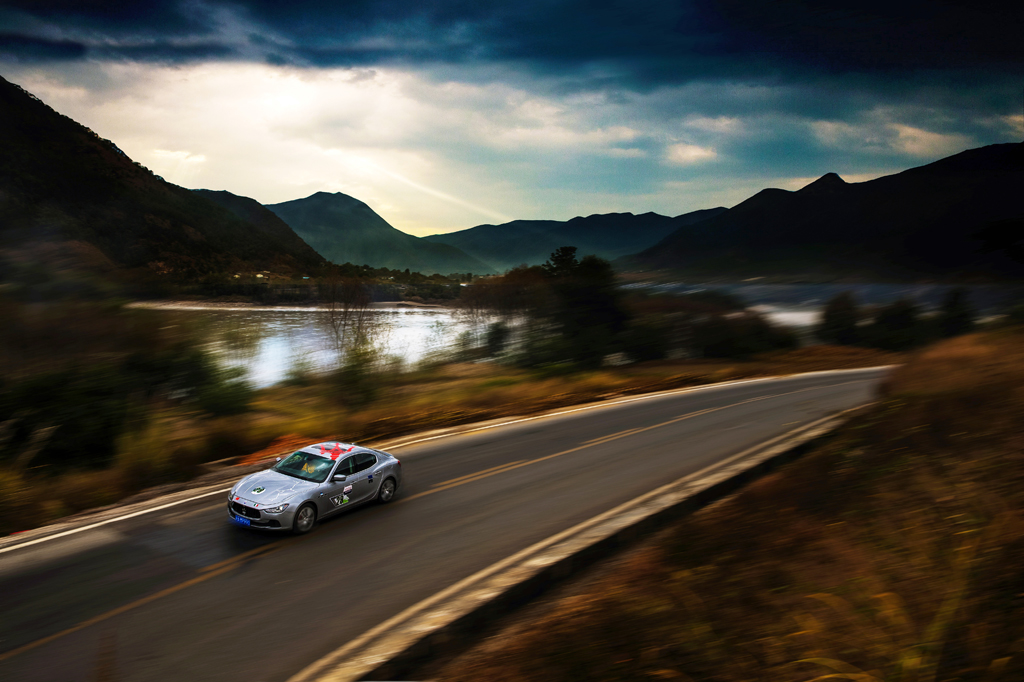 """""""玛莎拉蒂1000""""云南拉力之旅在惬意的驾控中细泯旅途中不易察觉的动人之处,体味与众不同的驾驶乐趣。驾驶者们在拉力之旅中感受世界之大,在美轮美奂的山水盛景中发现自我内心深处的""""卓尔不凡""""。"""