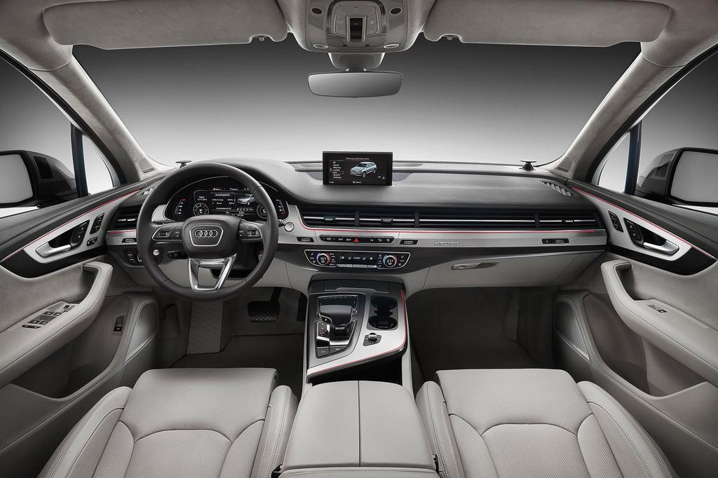 近日,奥迪新一代Q7的官图已经正式发布,外观和内饰都进行了较大程度的改动。车身采用了轻量化设计,成功减重363公斤,摆脱了以往臃肿肥胖的造型。动力方面将搭载六缸以及八缸引擎,还将推出一款插电混动车型,那么接下来就让我们一起去看看这辆全新的Q7吧。全新一代Q7的变化可以说非常大,前脸的线条比原来更复杂,整体看起来非常激进运动。采用了与现款造型区别很大的全LED灯组,雾灯区域设计了两个摄像头。车身侧面的线条依稀可以找到上一代的影子,但线条同样变得更加硬朗,层次也更加复杂。悬架行程看起来变小了不少,但是应该会配备可以调节的空气悬架,轮圈的造型也更加运动了。从侧后45度的地方看新Q7感觉整体线条更加修长,一改现在十分臃肿的感觉,后扰流板也增加一丝运动气息。车尾的造型依旧硬朗,尾灯的设计与兰博基尼有些神似,战斗气息浓郁。尾排采用双边单出设计,摒弃了原先椭圆造型改成现在的方形,看起来更加稳重。新Q7设计了两款不同风格的内饰,黑白配色加上红色线条的风格看起来更加年轻科技感十足,而全黑内饰看起来更加成熟稳重比较大气。就编辑个人而言更加喜欢黑白配色的内饰。仪表采用了全液晶的设计,可以选择多种不同的显示模式,看起来科技感十足,多功能方向盘的变化不是很大,按键功能齐全。
